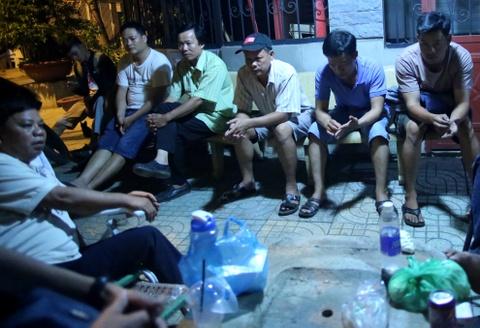 Phu huynh Sai Gon ngu via he cho nop ho so xin hoc cho con hinh anh 5