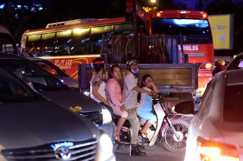 Ket xe tram trong, khach bo taxi di bo vao san bay hinh anh 4