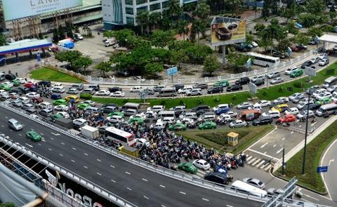 Hang nghin xe ket cung suot 5 gio o san bay Tan Son Nhat hinh anh 1