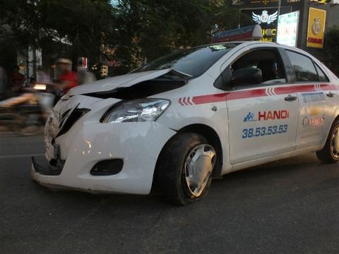 Taxi keo le xe may hang chuc met roi dam vao goc cay hinh anh