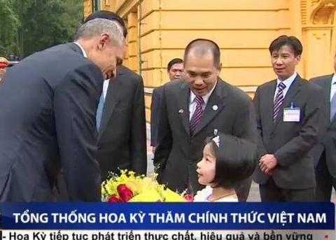 Clip thieu nhi Viet tang hoa Tong thong Obama hinh anh