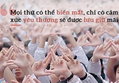 Thay Van Nhu Cuong khoc khi hoc tro hat tang vao de thi Ngu van hinh anh