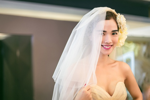 Ban gai Ung Hoang Phuc mot minh di thu vay cuoi hinh anh