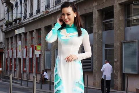Ban gai hon tuoi Truong Nam Thanh duyen dang ao dai tai Phap hinh anh