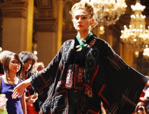 Hoang Yen catwalk tai Toa thi chinh Paris hinh anh