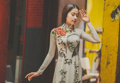 Hoa khoi Nam Em khoe net duyen voi ao dai chu thu phap hinh anh
