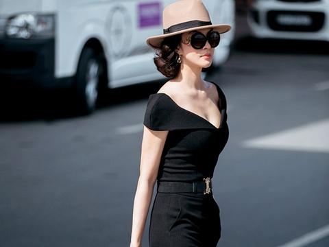 Street style sanh dieu cua MC Thanh Mai o san bay hinh anh