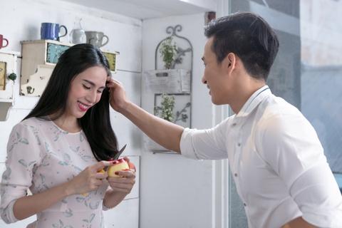 Thuy Tien phai long chang trai la trong MV moi hinh anh