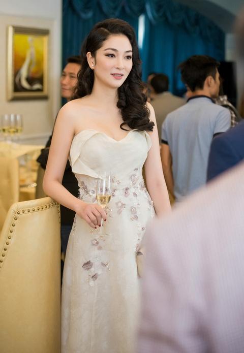 Nguyen Thi Huyen dien dam cup nguc quyen ru hinh anh 2