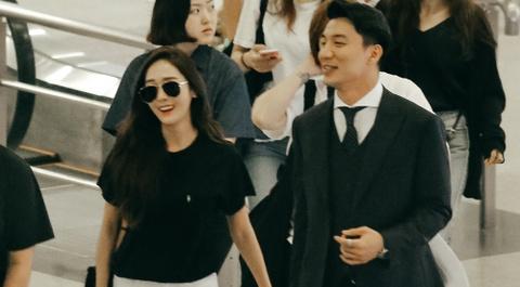 Jessica Jung duoc bao ve nghiem ngat khi den san bay Tan Son Nhat hinh anh