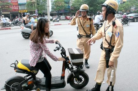 Bo truong Thang 'noi tay' cho xe may dien hinh anh