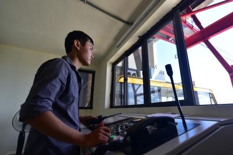 Cap treo 'xe bus hai tang' lo lung tren vinh Ha Long hinh anh 5