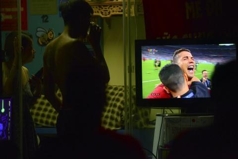 Nguoi dan quay quan tren he pho xem chung ket Euro 2016 hinh anh 18