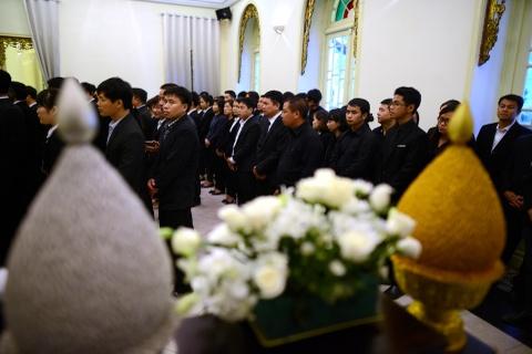 Doan nguoi xep hang vieng nha vua Thai Lan tai Ha Noi hinh anh 14