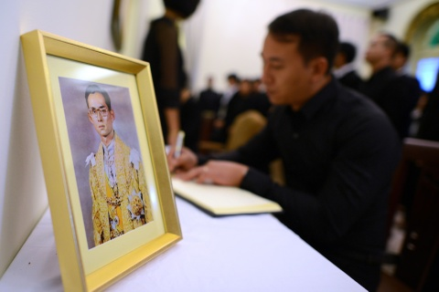 Doan nguoi xep hang vieng nha vua Thai Lan tai Ha Noi hinh anh 13