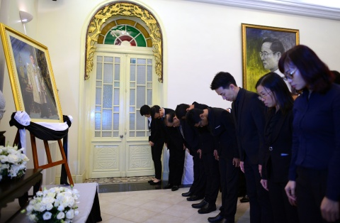 Doan nguoi xep hang vieng nha vua Thai Lan tai Ha Noi hinh anh 8