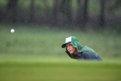 Hon 100 CEO du APEC danh golf duoi mua tam ta o Hoi An hinh anh 14