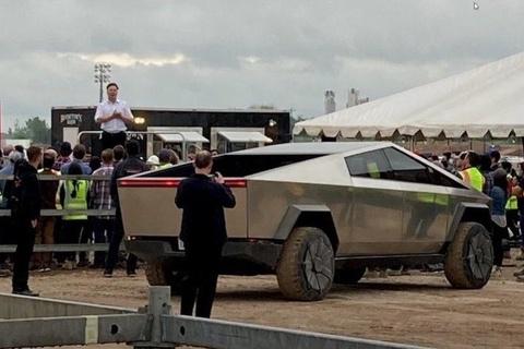 Elon Musk lai Cybertruck den nha may Tesla o Texas hinh anh