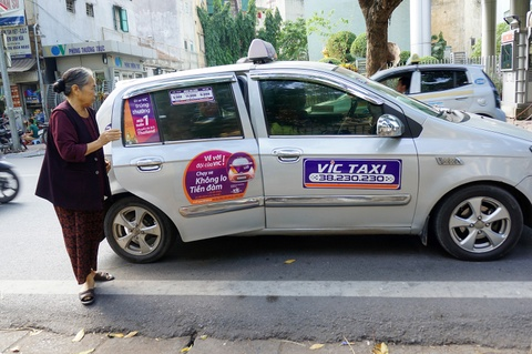 Lay y kien de 'mac dong phuc' cho toan bo taxi o Ha Noi hinh anh