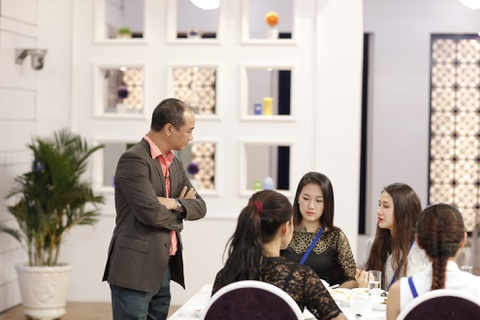 Giam khao Master Chef giang day am thuc cho hoa khoi Viet hinh anh