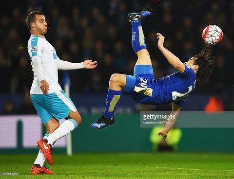 Shinji Okazaki ghi ban xe dap chong nguoc cho Leicester City hinh anh