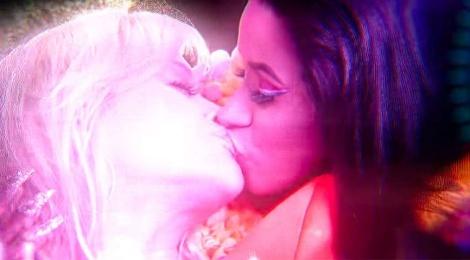 Rita Ora hon moi nu rapper Cardi B trong MV 'Girls' gay tranh cai hinh anh