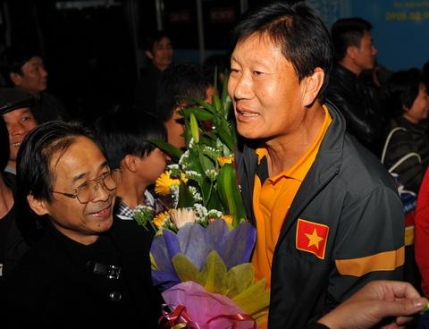 DT nu Viet Nam duoc chao don nong nhiet tai san bay Noi Bai hinh anh
