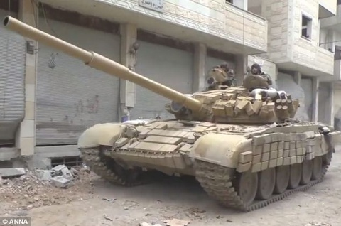 Canh xe tang phong va na dan trong thanh pho tai Syria hinh anh