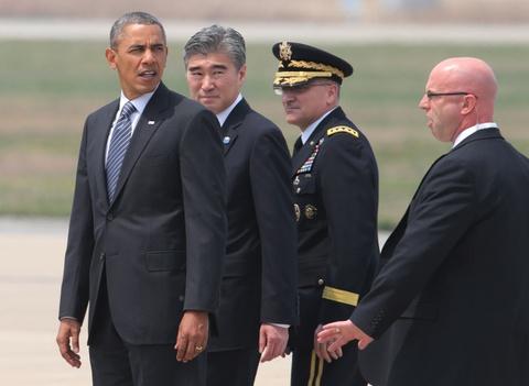 Obama mang hoa moc lan sang chia buon cung dan Han hinh anh