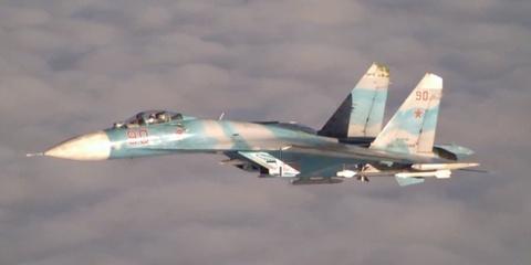Tiem kich Su-27 cua Nga chan may bay do tham P-3 Orion hinh anh