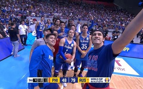 VDV bong ro 'selfie' vui ve sau khi danh nhau o FIBA World Cup hinh anh