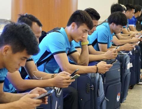 Thầy trò ông Park Hang-seo theo dõi trận Thái Lan khi vừa đến Myanmar