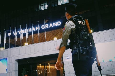 Cảnh sát có vũ trang bảo vệ đội tuyển Việt Nam ở Myanmar