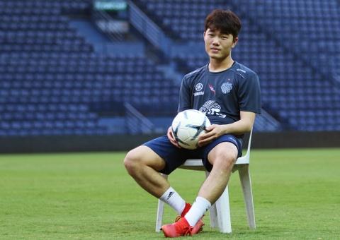 Xuan Truong o rieng, di an nha hang khi choi cho Buriram United hinh anh