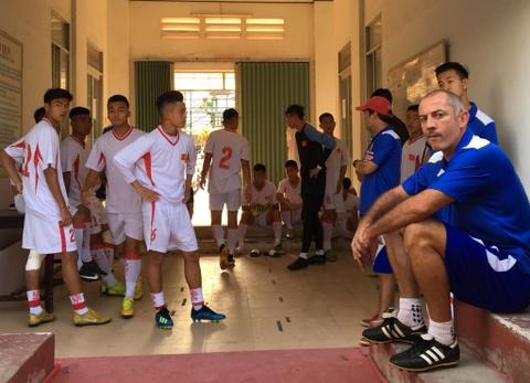 U19 Viet Nam bi doi Trung Quoc moi ra ngoai vi di tap som hinh anh