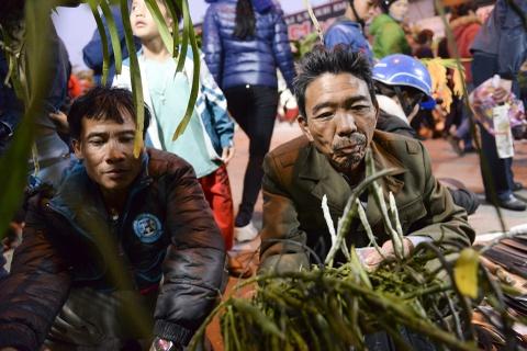 Quang chan ban hang, doi mua di le chua o cho Vieng hinh anh 15