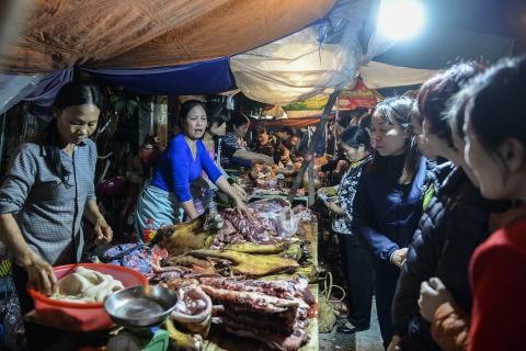 Quang chan ban hang, doi mua di le chua o cho Vieng hinh anh 16