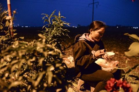 Quang chan ban hang, doi mua di le chua o cho Vieng hinh anh 6
