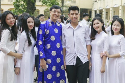 Hoc sinh Viet Duc bin rin trong ngay cuoi cung cua tuoi hoc tro hinh anh 4