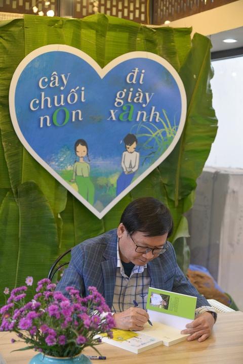 Doc gia Ha Noi xep hang tu 4h de nhan chu ky nha van Nguyen Nhat Anh hinh anh 9