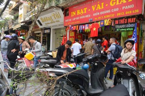 Nguoi dan Ha Noi tap nap mua do co vu U23 Viet Nam hinh anh 1