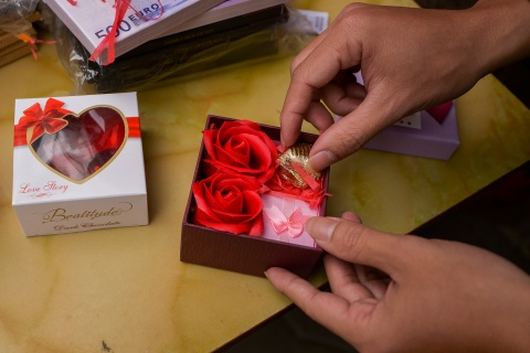 Thi truong qua tang Valentine 'lu mo' vi khong khi Tet hinh anh