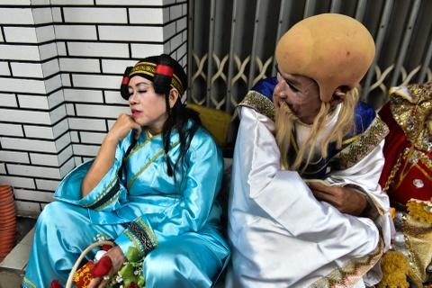 Hang nghin nguoi Sai Gon do ve pho nguoi Hoa choi Tet Nguyen Tieu hinh anh 10