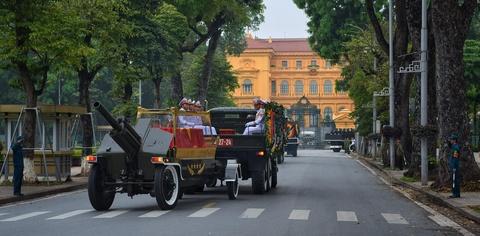 Doan xe tang cho linh cuu dai tuong Le Duc Anh tren duong pho Ha Noi hinh anh 9