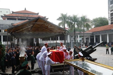 Doan xe tang cho linh cuu dai tuong Le Duc Anh tren duong pho Ha Noi hinh anh 2