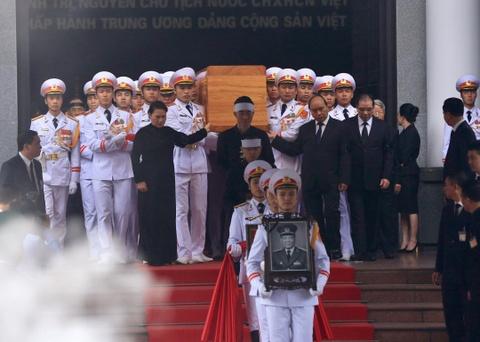 Doan xe tang cho linh cuu dai tuong Le Duc Anh tren duong pho Ha Noi hinh anh 1
