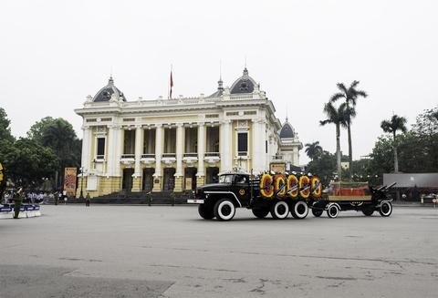Doan xe tang cho linh cuu dai tuong Le Duc Anh tren duong pho Ha Noi hinh anh 6