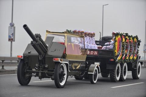 Doan xe tang cho linh cuu dai tuong Le Duc Anh tren duong pho Ha Noi hinh anh 12