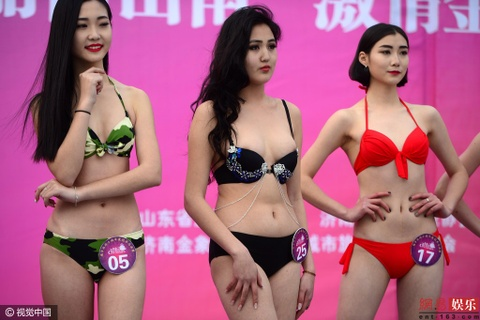 Thi sinh hoa hau Trung Quoc phai dien bikini giua troi tuyet hinh anh