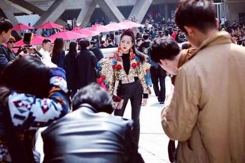 Toc Tien 'chat lu' trong lan cuoi du Seoul Fashion Week 2017 hinh anh 9